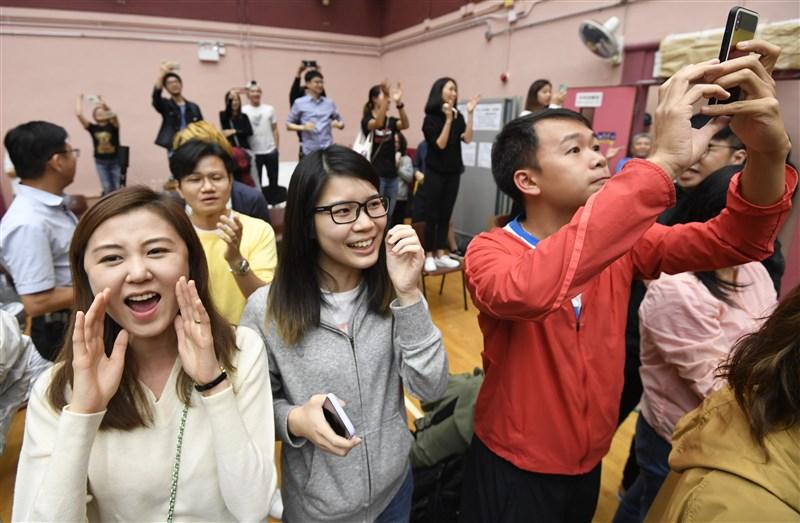 香港泛民主派在區議會選舉中大獲全勝,許多支持者在開票現場歡呼。(共同社提供)