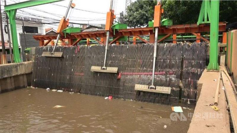 印尼自2014年開始使用自製的機械電子液壓自動化機器清理河川垃圾,至今雅加達在卡里布魯河等多條河川共28個地點設置攔阻垃圾通過的網架,攔截後由機器怪手把垃圾撈起,將垃圾送到輸送帶後再集中處理。中央社記者石秀娟雅加達攝 108年11月26日