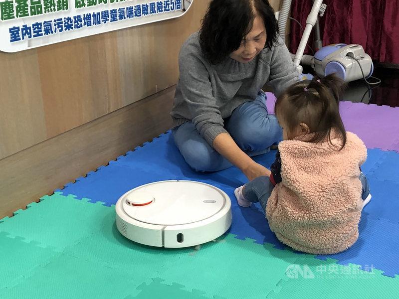 經研究團隊實測發現,在密閉空間中使用掃地機器人10分鐘,室內空污物質會比平時高出6倍,且爬行孩童的空污暴露量比會站的孩童更高。中央社記者張茗喧攝  108年11月28日