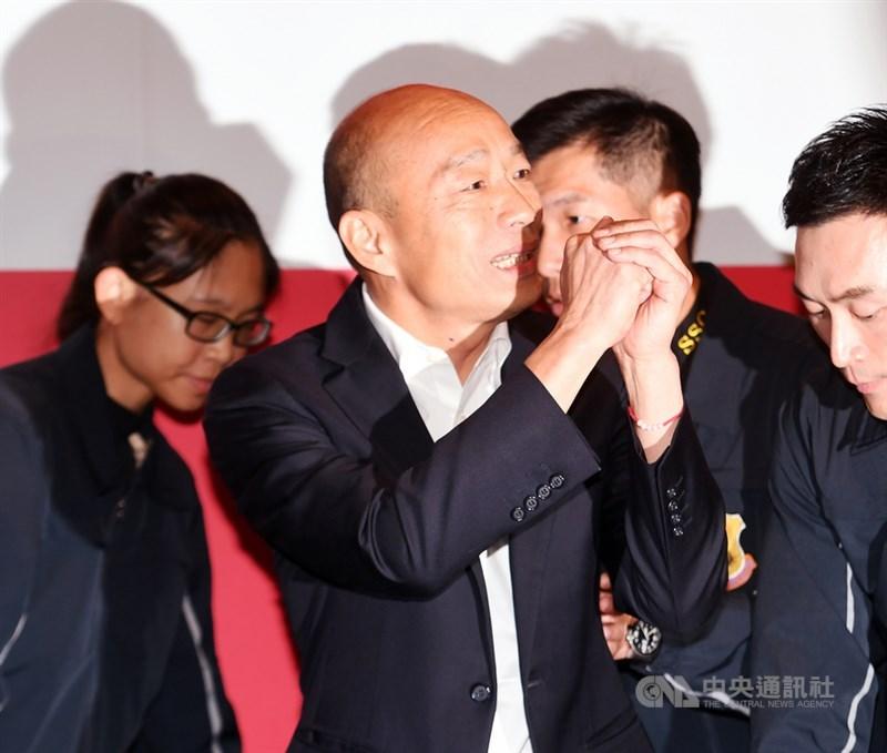 國民黨總統參選人韓國瑜(前)28日在台北參加節目錄影後出面接受聯訪,離去時拱手向媒體朋友致意。中央社記者施宗暉攝 108年11月28日