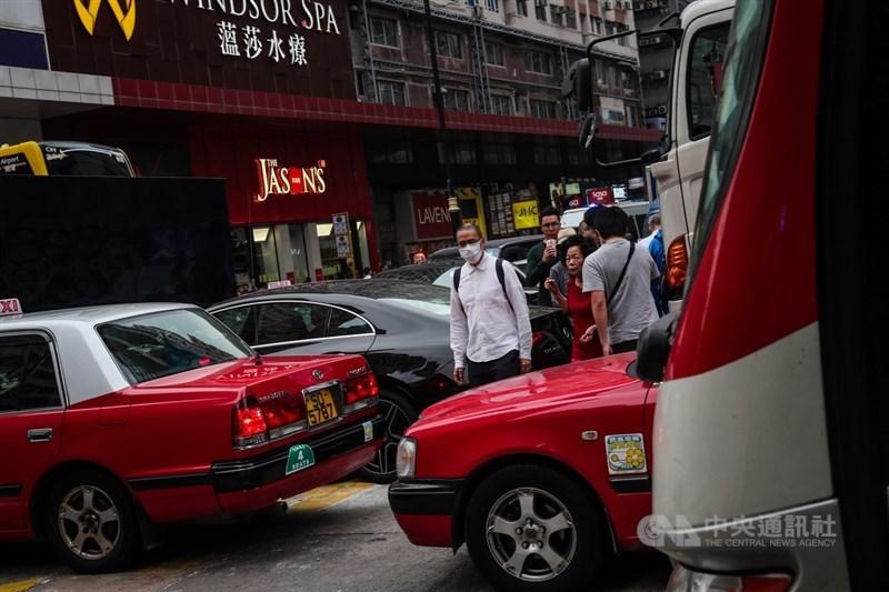 圖為香港理工大學內周邊道路交通11月19日受影響封閉,民眾因交通大亂在車陣中往來穿梭。(中央社檔案照片)