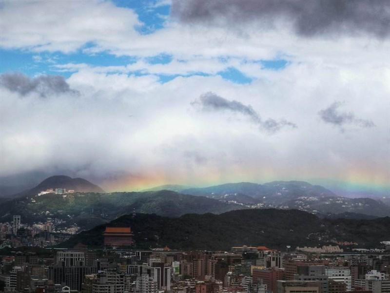 文大已研發完成彩虹預報,民眾可以根據預測,了解未來兩天內的天氣狀況,上山追彩虹。圖為文大2017年11月30日觀測到彩虹高掛陽明山達9小時。(圖取自中國文化大學IG網頁instagram.com/pccu.tw)