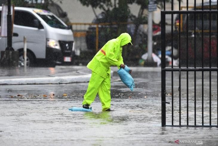 颱風北冕3日挾帶狂風豪雨侵襲菲律賓,馬尼拉一處體育館的人員堆疊沙包防颱。(安塔拉通訊社提供)
