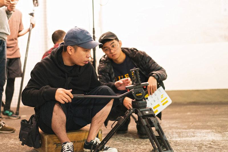 新銳導演廖明毅(前)以iPhone拍攝奇幻愛情電影「怪胎」,他為該片拍攝的前導測試片「停車」,在海外小型影展中拿下劇情類影片首獎。(牽猴子整合行銷提供)中央社記者洪健倫傳真 108年12月5日