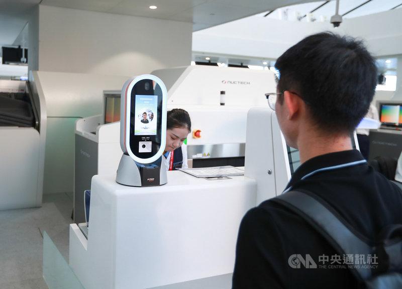 人臉辨識技術在中國大陸有濫用趨勢,陸媒指有關的黑色產業鏈甚至悄然成形。圖為旅客在北京大興國際機場使用人臉辨識機。示意圖。(中新社提供)中央社記者周慧盈北京傳真 108年12月6日