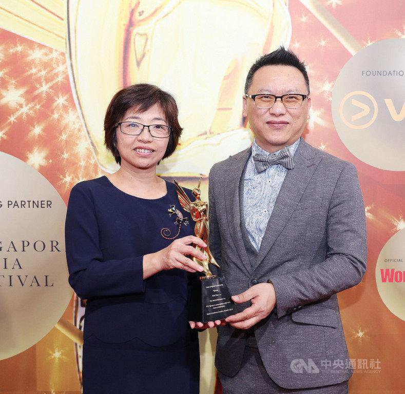 2019亞洲影藝創意大獎,台灣公共電視台以「我們與惡的距離」拿下最佳編劇獎。圖為代表領獎的公視執行副總經理謝翠玉(左)與製作人湯昇榮(右)合影。中央社記者黃自強新加坡攝  108年12月6日