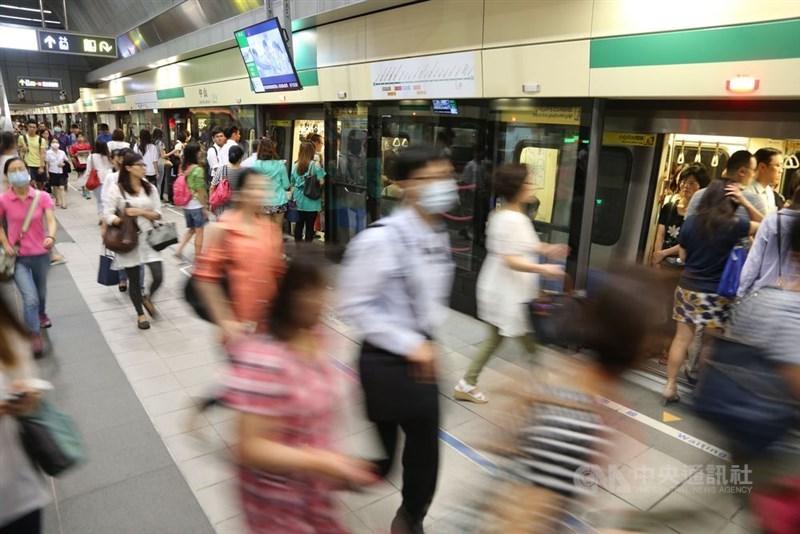 台北捷運6日公布初步擬訂的票價優惠調整方案,將原本齊頭式平等的8折改為依「忠誠度」的現金回饋。(中央社檔案照片)