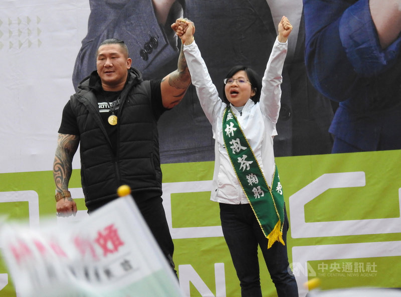 網路紅人「館長」陳之漢(左)7日為尋求連任的民進黨籍新北市第2選區立委林淑芬(右)站台,直呼「好緊張」,也盼這次大選能展現台灣年輕人的力量。中央社記者王鴻國攝 108年12月7日