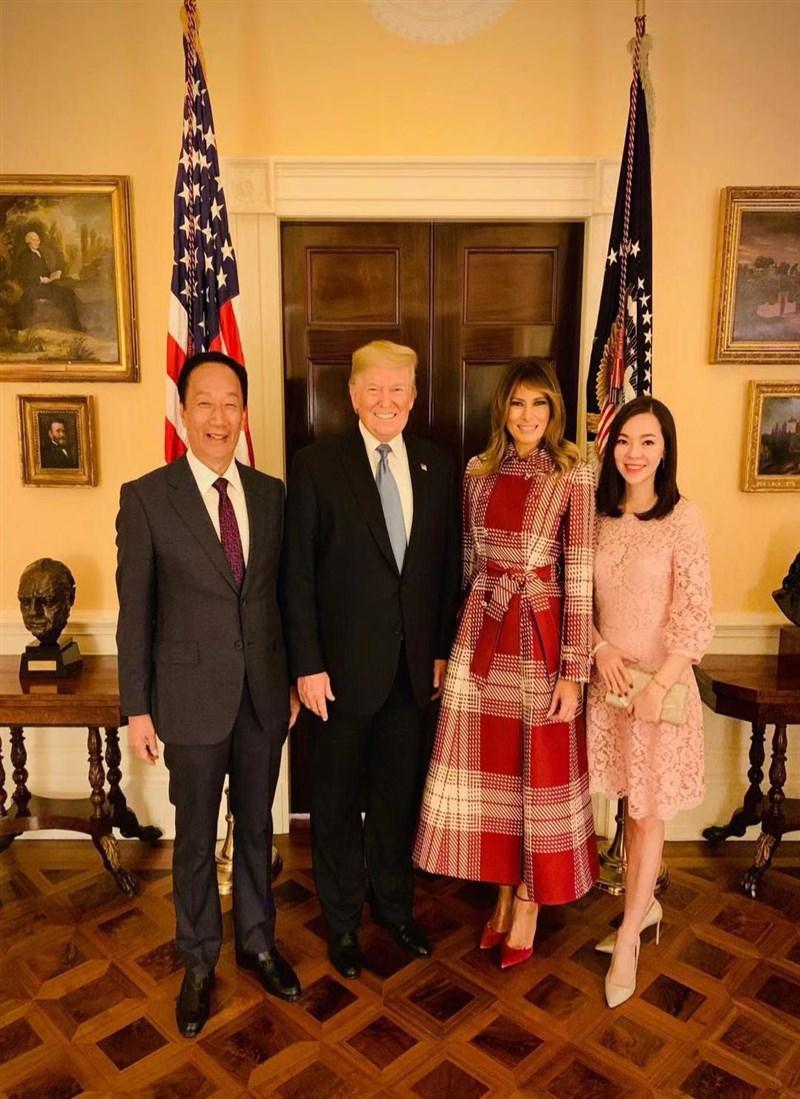 鴻海集團創辦人郭台銘7日在臉書公布與美國總統川普夫婦合照,並發文感謝「白宮好友稍來的照片」。(圖取自facebook.com/TerryGou1018)