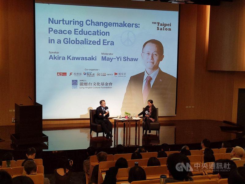2017諾貝爾和平獎得獎組織「國際廢除核武運動」成員川崎哲(後左),8日在台灣金融研訓院出席由龍應台基金會主辦的台北沙龍,以「我們為什麼推動和平教育」為題,發表演說。中央社記者林行健台北攝 108年12月8日