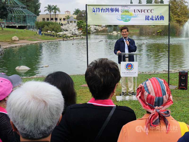 聯合國氣候變化綱要公約第25屆締約方大會12月初在西班牙馬德里舉行,美國洛杉磯僑界8日上午集合上百人參加健走活動,支持台灣參與聯合國氣候峰會。駐洛杉磯台北經濟文化辦事處長朱文祥(後)致詞表示,台灣能夠為地球的環保貢獻力量。中央社記者林宏翰洛杉磯攝  108年12月9日