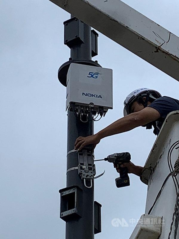 中華電信9日宣布,在新竹市南寮漁港完成國內首座戶外5G small cell(小型基地台)智慧路燈建置測試。(中華電提供)中央社記者江明晏傳真 108年12月9日