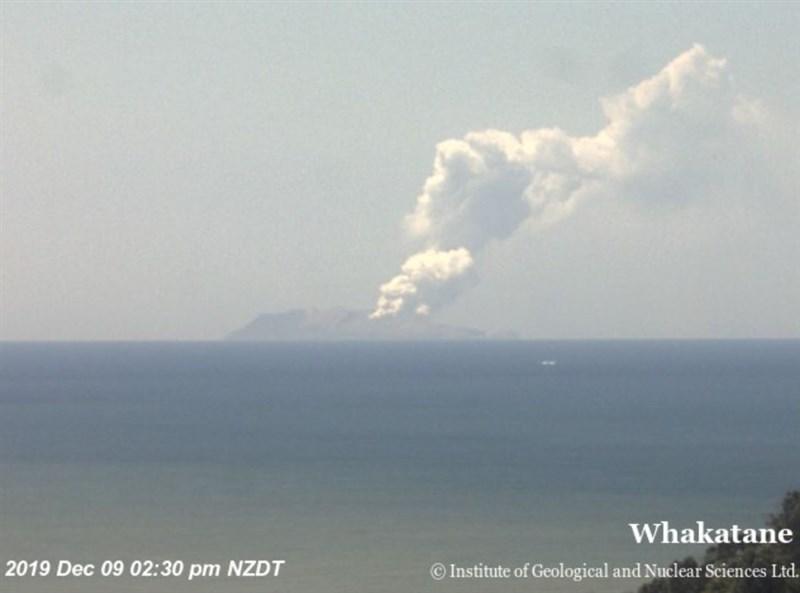 位於紐西蘭北島東方海面的熱門觀光景點白島火山9日爆發,火山灰直衝天際數千公尺。(圖取自twitter.com/geonet)