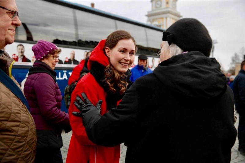 芬蘭總理李納近日宣布將請辭,領導聯合政府的社會民主黨選定由34歲的交通部長馬林(中)出任新總理,屆時她將成為芬蘭史上最年輕總理。(圖取自facebook.com/MarinSanna)