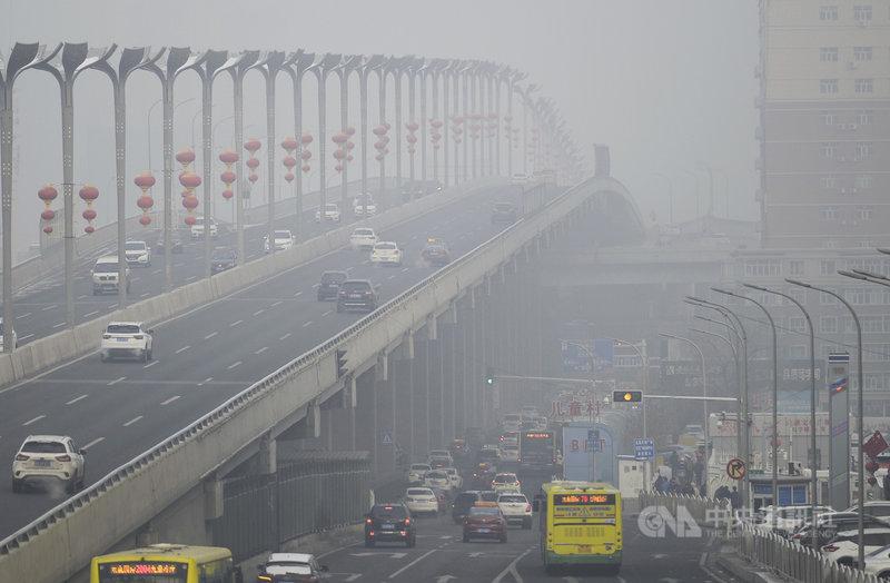 就在霧霾天氣席捲多地,55個城市啟動重污染天氣預警的當下,中國官方10日發布霧霾防護指南,建議學校、辦公室等室內場所配置空氣清淨機。圖為新疆烏魯木齊市1日遭到霧霾壟罩。(中新社提供)中央社  108年12月11日