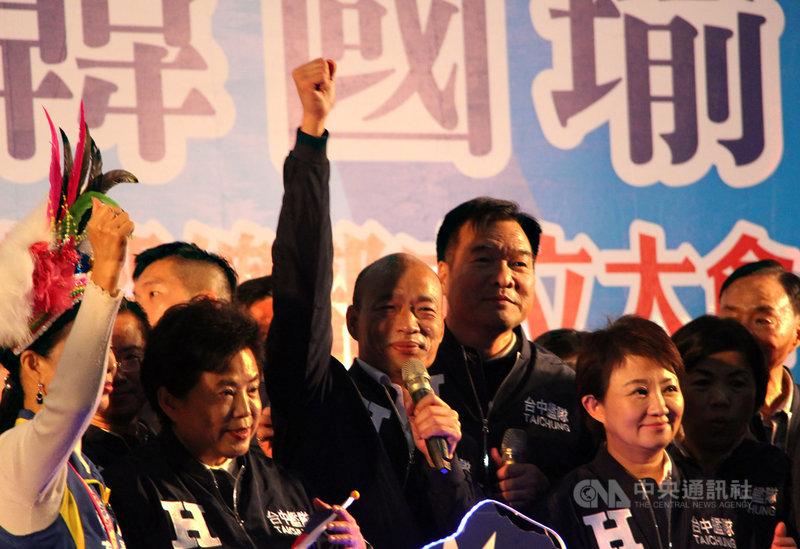 國民黨總統候選人韓國瑜(中)13日出席台中市競選總部成立大會,再度重申重啟核四立場,保證若當選總統,只要人民同意、安全沒問題,就要重啟核四以核養綠,減輕中部燒煤數字,這是負責任政府應該做的。中央社記者蘇木春攝 108年12月13日
