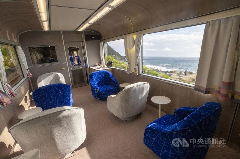 柏成設計改造的台鐵觀光列車13日亮相,座椅跳脫過去印象,設計成藍灰相間的座椅,象徵著大自然中的海與石。中央社記者王騰毅攝 108年12月13日