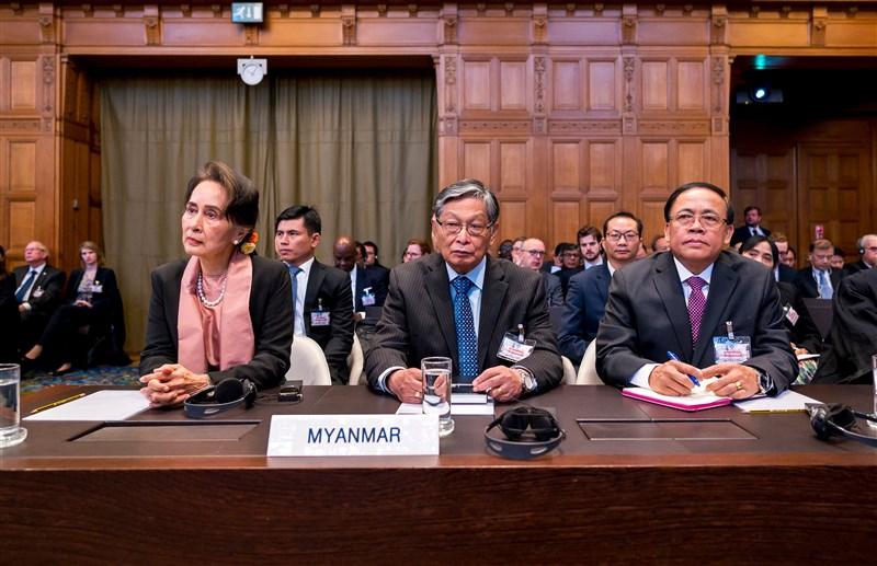 緬甸政府實際領導人翁山蘇姬(前左)11日在海牙國際法院上替被控種族滅絕的緬甸當局辯護,非洲國家甘比亞12日砲轟翁山蘇姬對於洛興雅穆斯林的困境「默不作聲」。(圖取自twitter.com/CIJ_ICJ)
