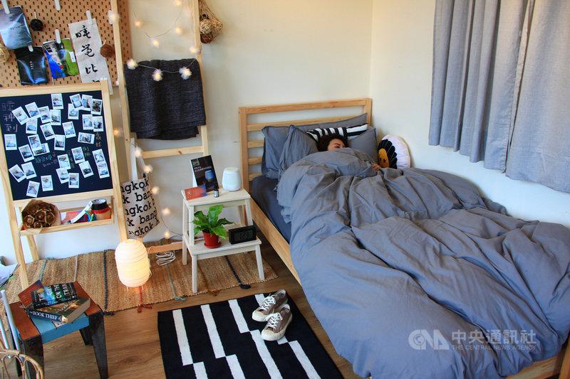 台中一家寢具業者舉辦「睡覺大賽」,只要參賽者「最穩定心率睡得最久」就能獲得冠軍,希望喚起民眾對睡眠的重視。中央社記者蘇木春攝 108年12月14日