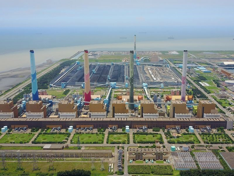 台中市環保局14日前往中火複查,認定仍持續使用生煤,開出第2張裁處書,罰新台幣600萬元。(中央社檔案照片)