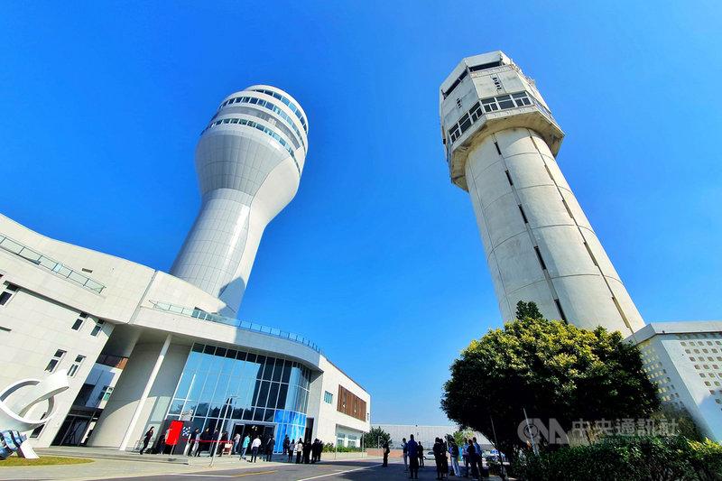 桃園國際機場新塔台(左)16日啟用,整合航管、航電、氣象等15種重要自動化系統,是台灣國門新地標。中央社記者吳睿騏桃園機場攝 108年12月16日