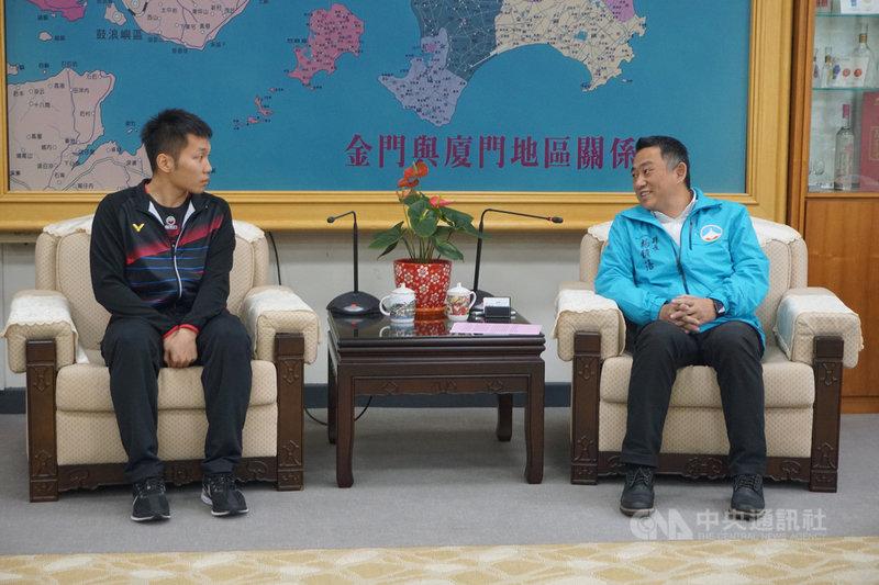 金門縣籍羽球好手李洋(左)17日前往金門縣政府拜會,縣長楊鎮浯(右)勉勵他在接下來的賽事中奮勇表現,爭取東京奧運門票。中央社記者黃慧敏攝 108年12月17日