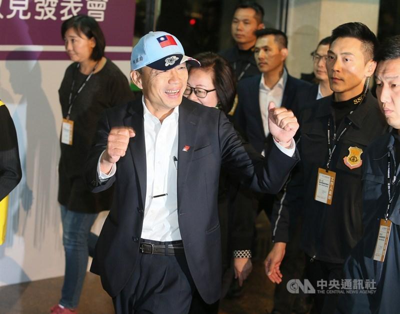 2020總統大選首場電視政見發表會18日晚間在華視登場,國民黨總統候選人韓國瑜(前)抵達會場時,做出加油打氣的姿勢。中央社記者謝佳璋攝 108年12月18日