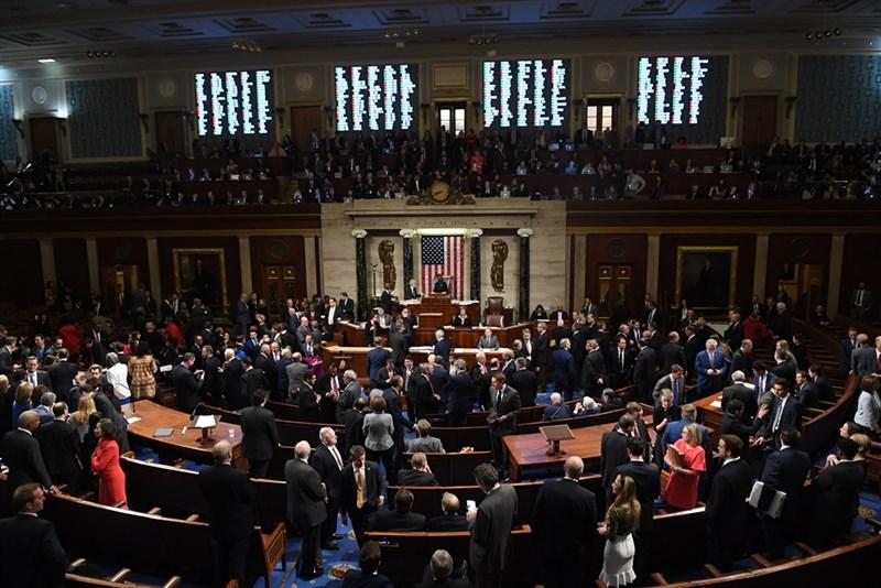 美國聯邦眾議院18日通過指控總統川普濫用職權和妨礙國會調查的兩項彈劾條文,川普成為歷來第3位遭彈劾的美國總統。(法新社提供)