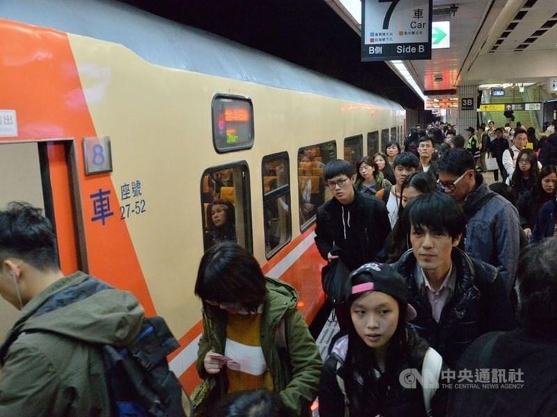 台鐵局19日宣布,2020年1月10日到1月13日4天,全線加開87班列車。(中央社檔案照片)