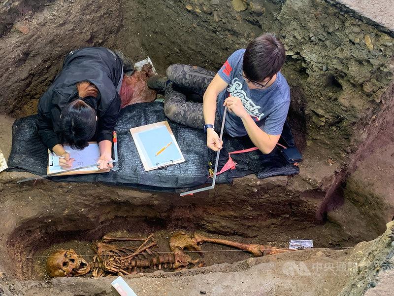 基隆市文化局20日表示,研究團隊19日在和平島西班牙修道院遺跡考古現場,又發掘出今年第10具遺駭,並可清楚看出遺駭雙手交握在胸前,宛如祈禱狀;若包括幾年前中研院團隊的開挖,遺駭數已累積至15具。(基隆市文化局提供)中央社記者沈如峰基隆傳真 108年12月20日