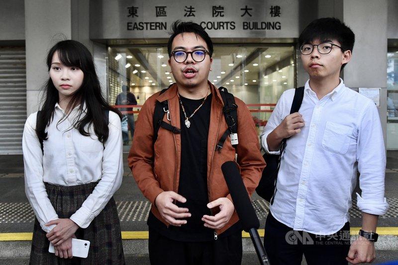 香港眾志秘書長黃之鋒(右起)、主席林朗彥及成員周庭19日赴東區裁判法院應訊。黃之鋒、林朗彥在庭中申請離港欲來台觀選,遭到裁判官拒絕。(中通社提供)中央社 108年12月20日