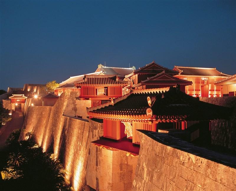 首里城完成重建前,為提振當地觀光,將於21日晚間重啟城牆等夜間點燈。(檔案照片/圖取自首里城公園臉書facebook.com/shurijocastlepark)