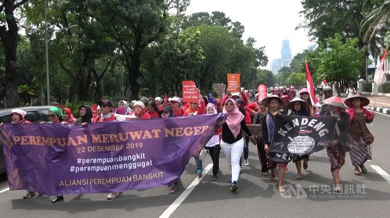 數百名印尼婦女22日走上街頭,要求政府終結性暴力及職場性別歧視、正視哺乳權及培育女性人才,紀念印尼女權運動91週年。中央社記者石秀娟雅加達攝 108年12月22日
