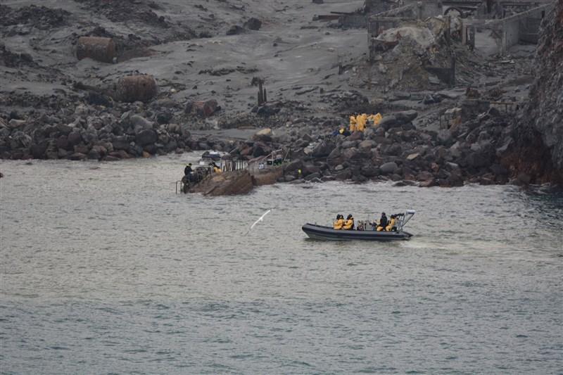紐西蘭警方23日證實又一人在醫院過世後,災難性的白島火山噴發死亡人數升至19人。圖為紐西蘭警方日前赴白島救援情形。(圖取自twitter.com/nzpolice)