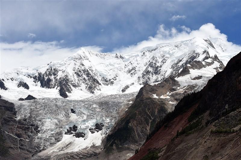 受氣候變遷影響,中國境內的冰川總面積逐漸縮小。圖為中國米堆冰川一景。(檔案照片/中新社提供)