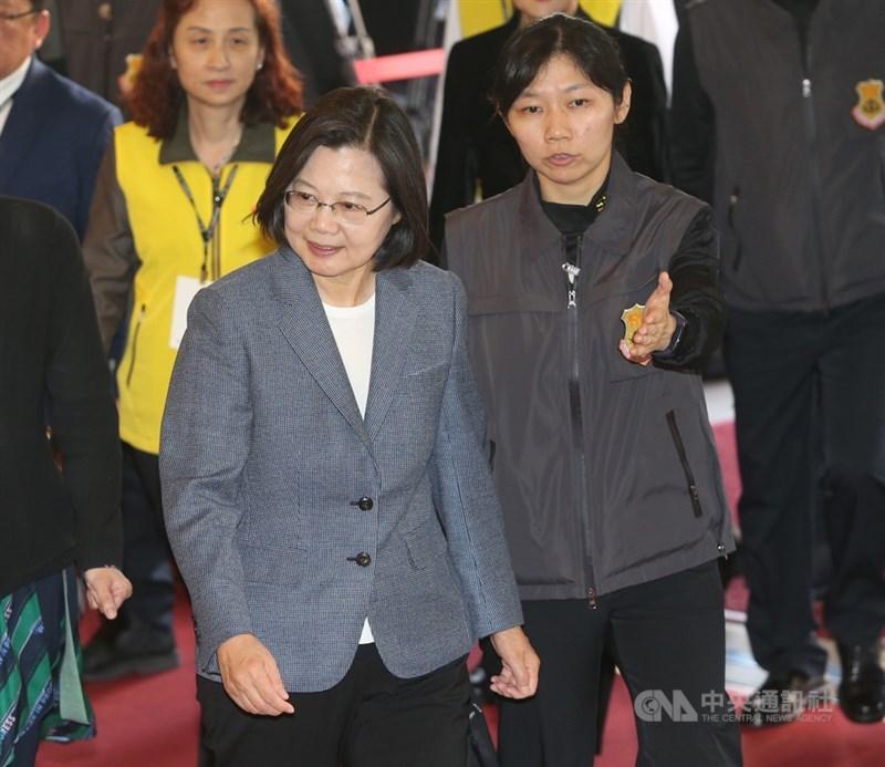 2020總統候選人第2場電視政見發表會25日下午在中視登場,民進黨總統候選人蔡英文(前左)抵達會場。中央社記者鄭傑文攝 108年12月25日
