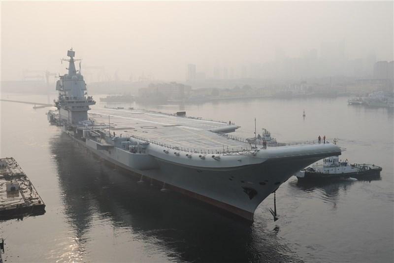 國防部26日表示,中國首艘自製航空母艦山東艦由南向北航經台灣海峽,國軍運用聯合情監偵系統,全程掌握與應處。圖為山東號2018年5月13日首次出海試驗。(檔案照片/中新社提供)