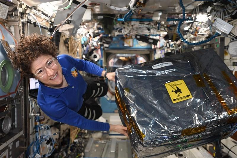 美國國家航空暨太空總署太空人科克28日打破紀錄,成為單次任務中在太空停留最久的女性。(圖取自twitter.com/Astro_Christina)
