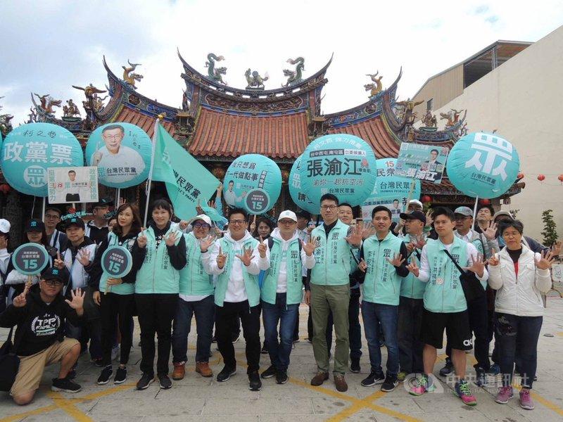 台灣民眾黨展開「全台大眾走」行動,31日在台中市進行掃街拜票行程,一行人來到南屯區萬和宮。中央社記者郝雪卿攝  108年12月31日