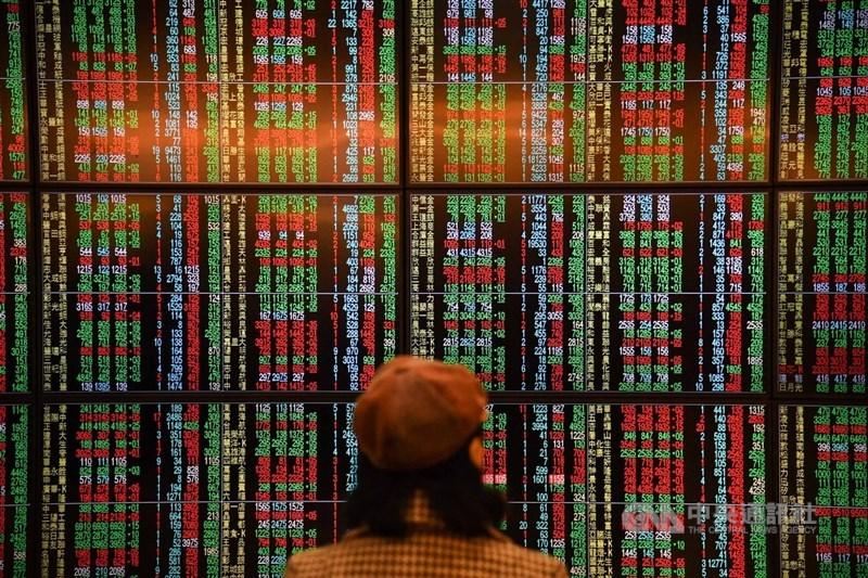 台北股市31日開低走低,收盤跌56.23點,為11997.14點,跌幅0.47%,成交金額新台幣1174.08億元。中央社記者林俊耀攝 108年12月31日