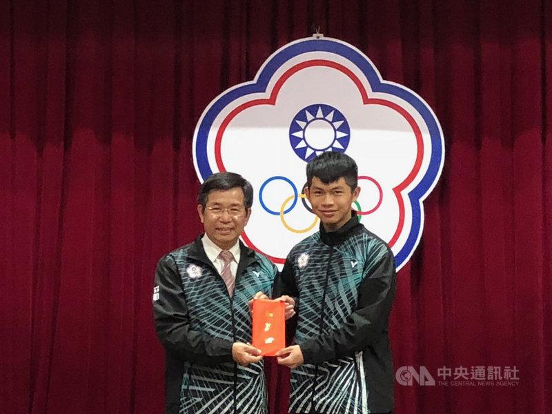 中華隊這次在2020年第3屆冬季青年奧林匹克運動會取得14席參賽資格,突破歷史新高,教育部長潘文忠(左)2日出席洛桑青年冬季奧運代表團授旗典禮,並頒發加菜金。中央社記者黃巧雯攝 109年1月2日