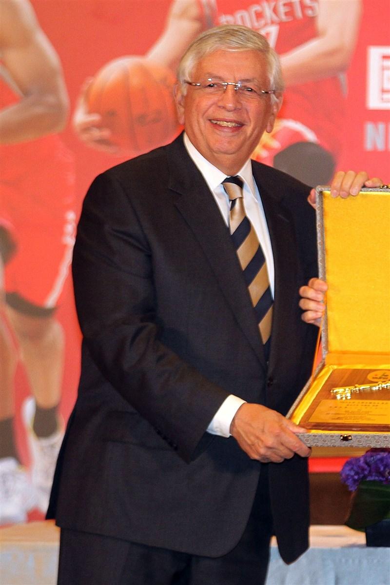 美國職業籃球聯盟NBA前總裁史登日前突發腦溢血就醫,1日過世,享壽77歲。圖為史登2013年出席NBA國際系列賽台北站抵台記者會,獲頒榮譽市鑰。(中央社檔案照片)