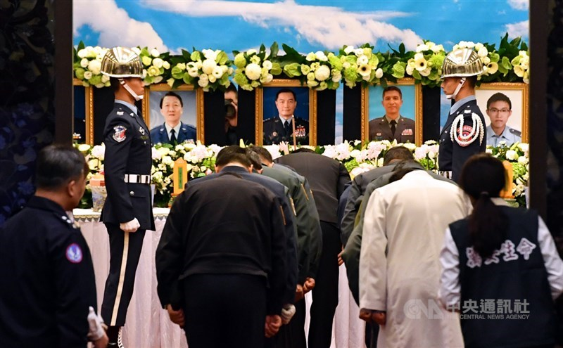 黑鷹直升機2日迫降新北、宜蘭交界處,造成參謀總長沈一鳴等8人殉職,晚間遺體陸續運抵靈堂。中央社記者王飛華攝 109年1月2日