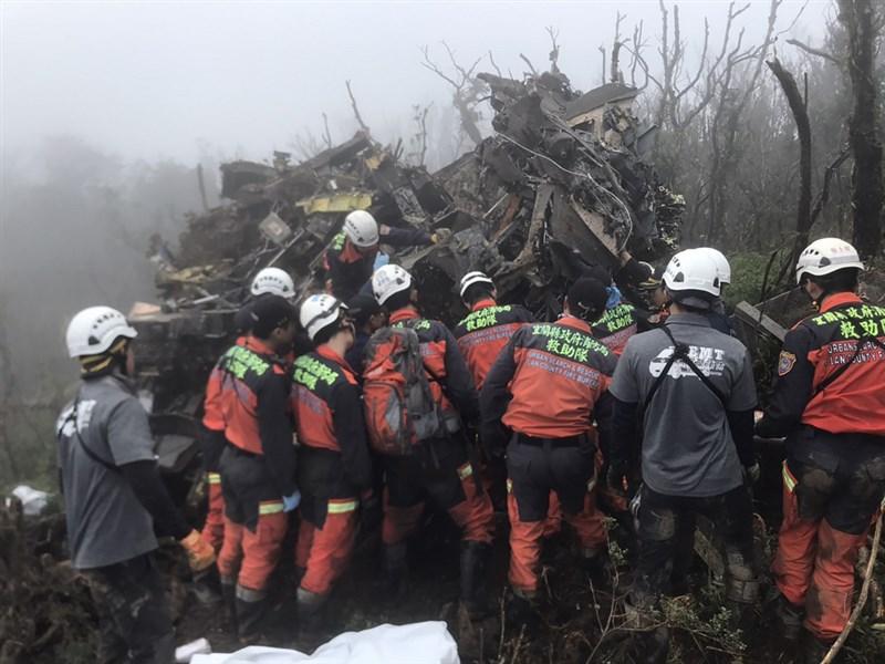 UH-60M黑鷹直升機2日迫降在新北、宜蘭交界山區,搜救人員趕赴現場,在飛機殘骸中積極搶救。(宜蘭縣消防局提供)中央社記者沈如峰傳真 109年1月2日