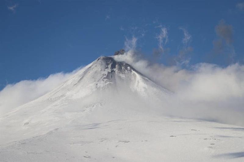 美國阿拉斯加州阿留申群島希沙爾丁火山3日爆發,灰燼直衝高空形成火山灰雲,引發飛航警報。圖為希沙爾丁火山檔案照片。(圖取自facebook.com/alaska.avo)