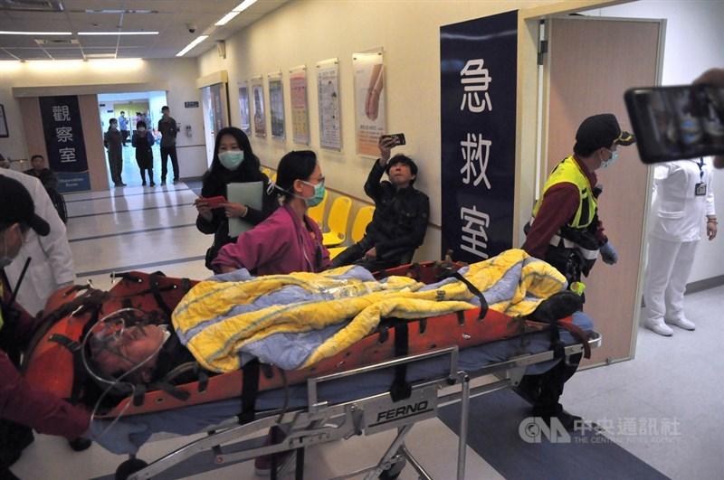 一架黑鷹直升機2日在新北、宜蘭交界處失事,造成8死、5傷。後次室次長黃佑民被以推床方式送入國立陽明大學附設醫院急診室,初步診斷後無生命危險,轉送三軍總醫院醫治。中央社記者沈如峰宜蘭縣攝 109年1月2日