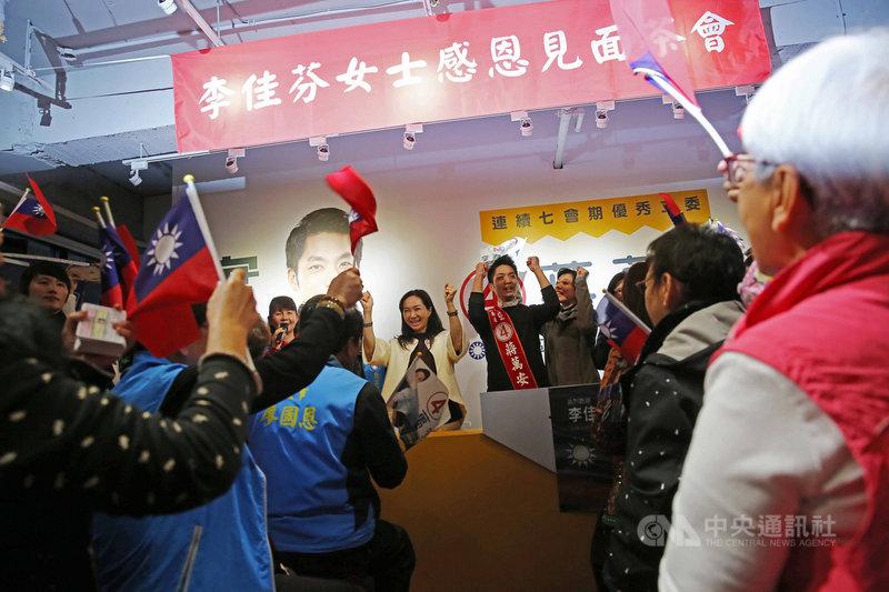 國民黨總統候選人韓國瑜妻子李佳芬(左)8日在台北市民生社區舉辦感恩茶會,並替國民黨立委候選人蔣萬安(右)站台。中央社記者游凱翔攝 109年1月8日