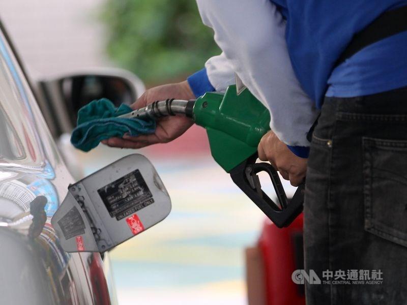 依照中油油價公式,估汽、柴油13日起每公升將分別調漲新台幣0.3元及0.4元,95無鉛汽油每公升29.5元。(中央社檔案照片)