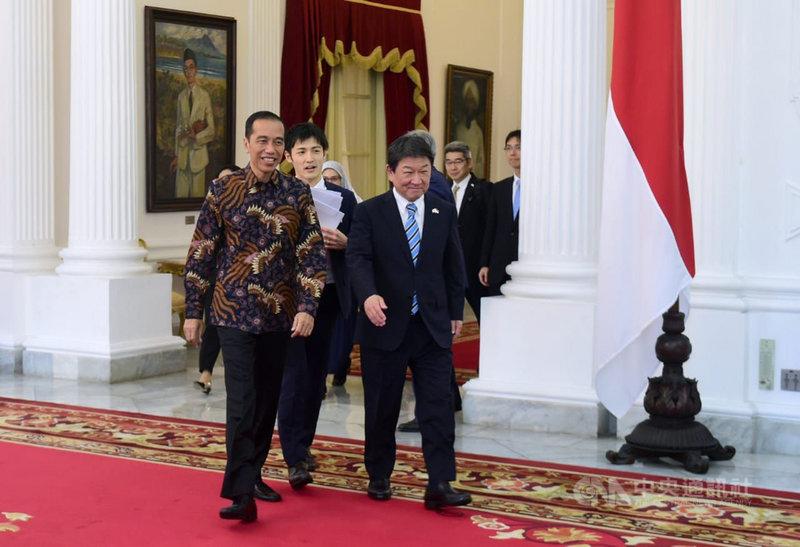 日本外務大臣茂木敏充(右)10日拜訪印尼總統佐科威(左)。印尼希望日本持續加強在納土納群島的投資。(印尼總統府秘書室提供)中央社記者石秀娟雅加達傳真 109年1月11日