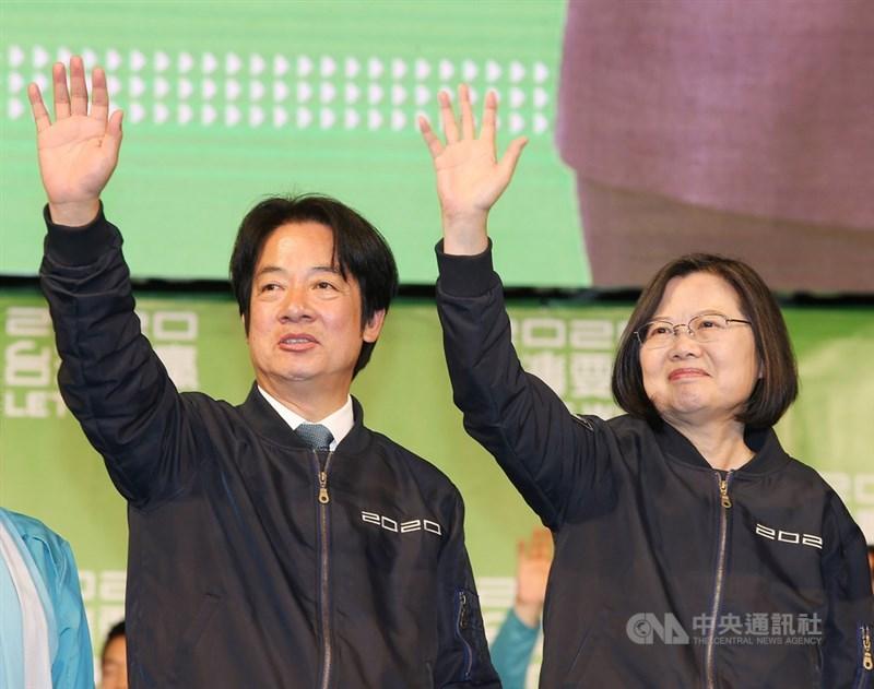總統蔡英文(右)確定連任,她11日晚間舉行國際記者會後,在競總外和民進黨副總統當選人賴清德(左)一起向支持民眾致意時表示,謝謝台灣人民的勇氣與堅持,大家一起守住台灣這塊自由土地、這個民主的堡壘,「蔡英文守住了」。中央社記者郭日曉攝 109年1月11日